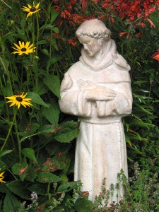 Saint_Francis_statue_in_garden